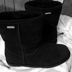 Super cute black Emu boots